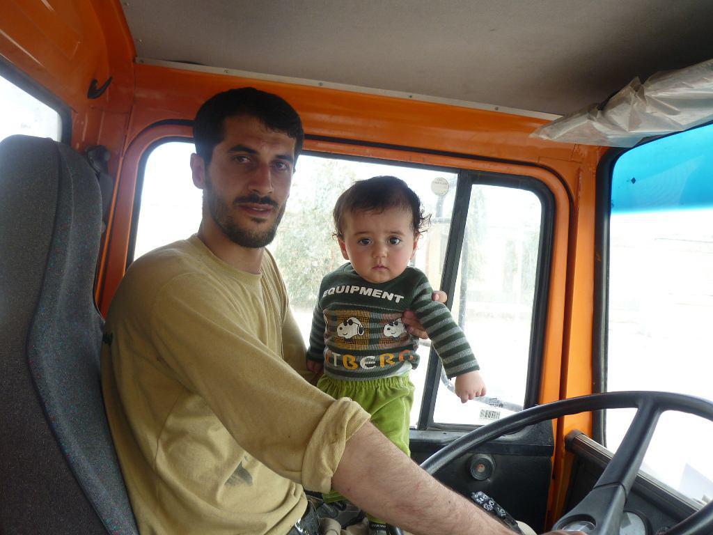 پسرم از چهارماهگی در اردوهای جهادی حضور داشته است/ حضور جهادگران مایه دلگرمی روستاییان است