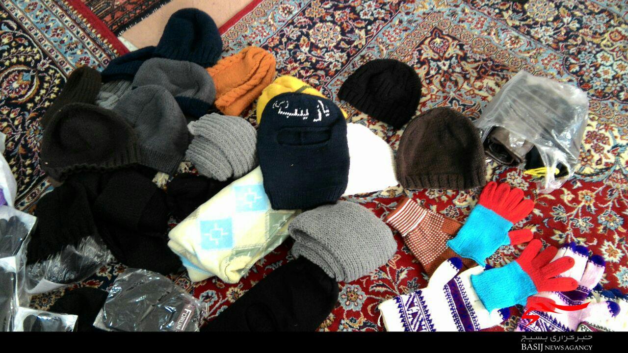 بافت دستکش و کلاه برای مدافعان حرم حضرت زینب(س)
