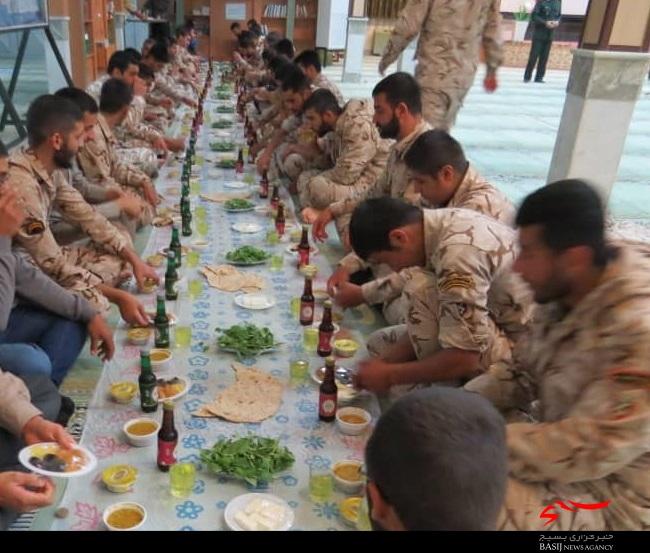 ضیافت افطاری با حضور نیروهای وظیفه لشکر 14 امام حسین (علیهالسلام) برگزار شد