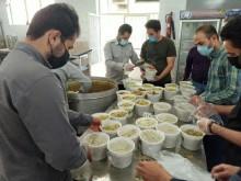 طبخ و توزیع  غذای گرم بین نیازمندان شهرکرد