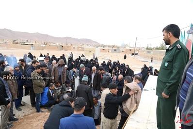 تشییع پیکر مادر شهید رضا حکیمی در روستای مزرعه نو عقدا