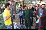 فرمانده سپاه ناحیه دورود به کسبه و بازاریان شهرستان دورود گل وپرچم جمهوری اسلامی اهدا کرد.